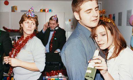 Fin de soirée : gare aux rapprochements entre collègues qui s'avèreront beaucoup trop gênants le lendemain.