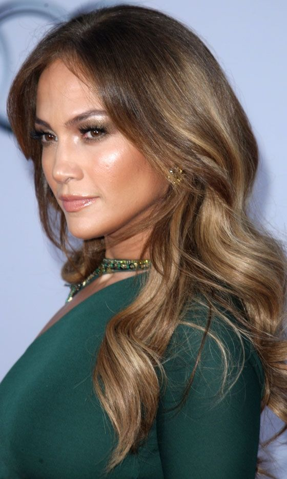Jennifer Lopez with gorgeous caramel colored hair highlights. #haircolor