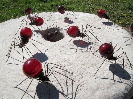 Arañas rojas hechas de focos incandescentes reciclados.