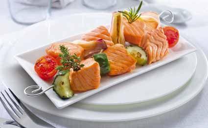 Brocheta de salmón noruego fresco