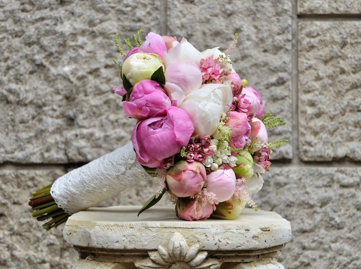 Flowers Garden Weddings: Buchet mireasa cu bujori, nuante pastel, bouvardia...