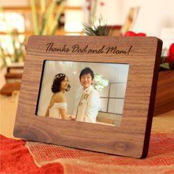 手紙と一緒に贈る記念品にはデジタルフォトフレームがおすすめ♪ 披露宴で読む「花嫁から両親への手紙」の参考アイデア。