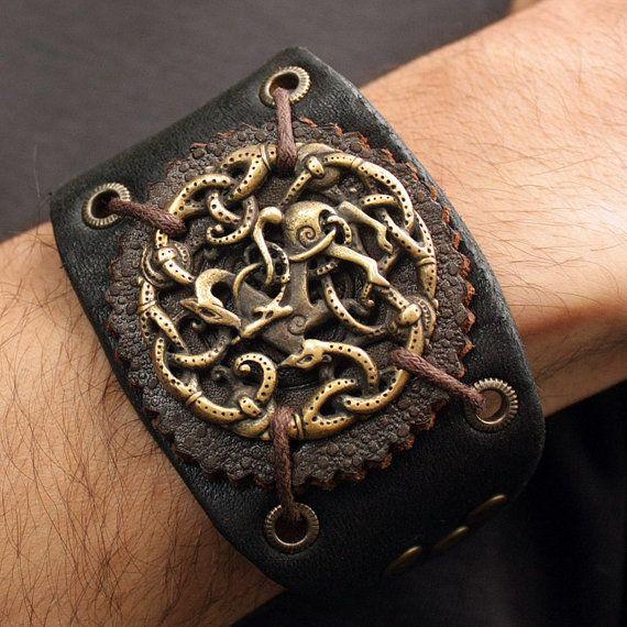 Questo è un vero solido bronzo 3-dimentional lavorato a mano finitura anticata ciondolo e bracciale in vera pelle. Il ciondolo e il bracciale di