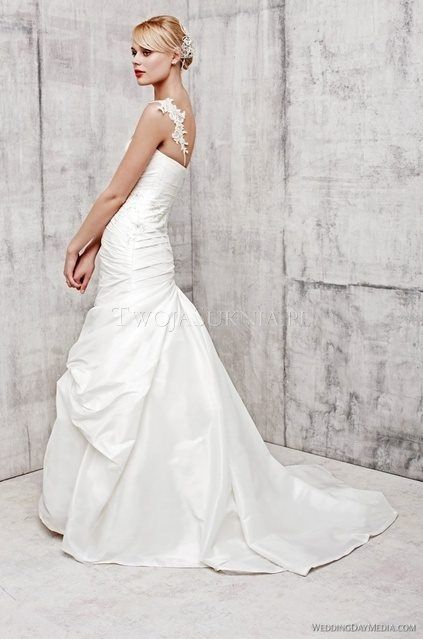 Benjamin Roberts 2360 is a beautiful fitted soft fishtail wedding dress.  With a strapless, sweetheart neckline and fitted ruched bodice.  Size 14  Brand New  Can be viewed at our boutique in Petersfield, Hampshire.  *** 30% off RRP ***  Sale Price £650  *Please note that the strap is not included with this dress — at Petersfield Town.
