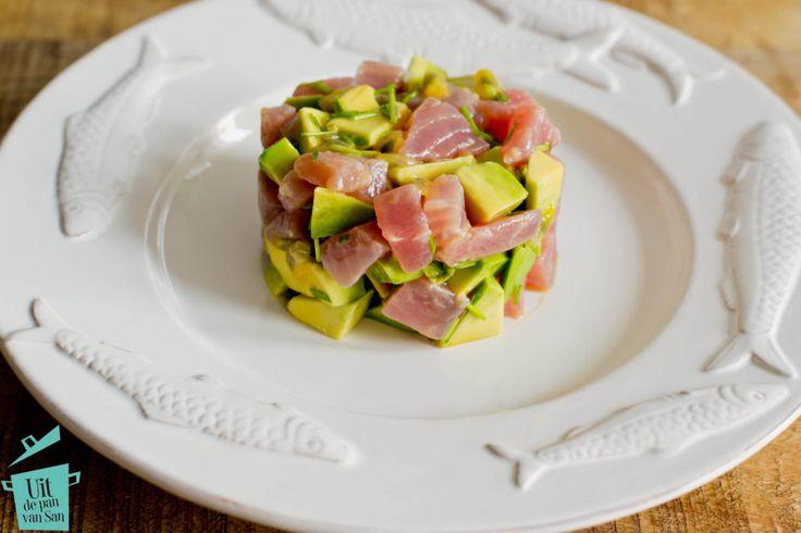 Op zoek naar een lekker en snel voorgerecht waarmee je zeker indruk maakt? Dan is deze tonijn tartaar met avocado en passievrucht perfect!
