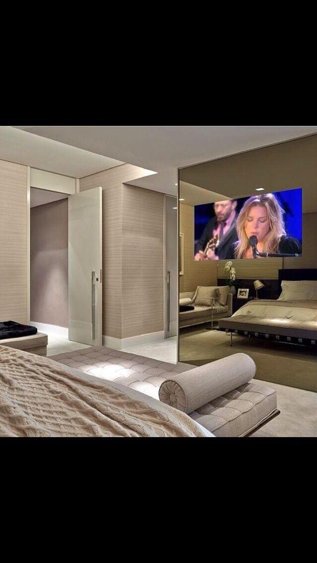 Televisão embutida no guarda roupas. Solução para quem não tem espaço de parede livre para televisão.