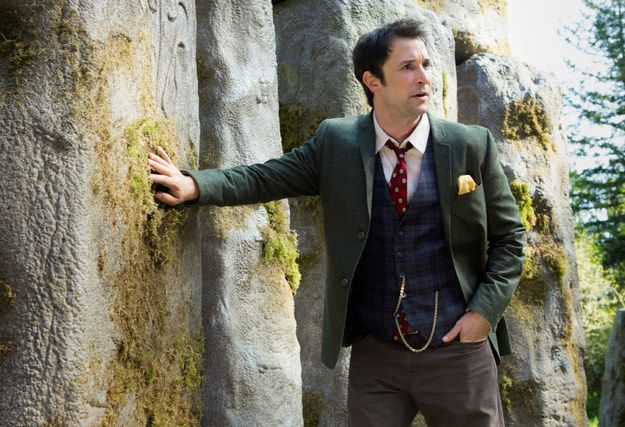 Knihovníci (The Librarians) z roku 2014... http://denik-krvesaje.blog.cz/1508/knihovnici-2014  Noah Wyle is back as Flynn Carsen.