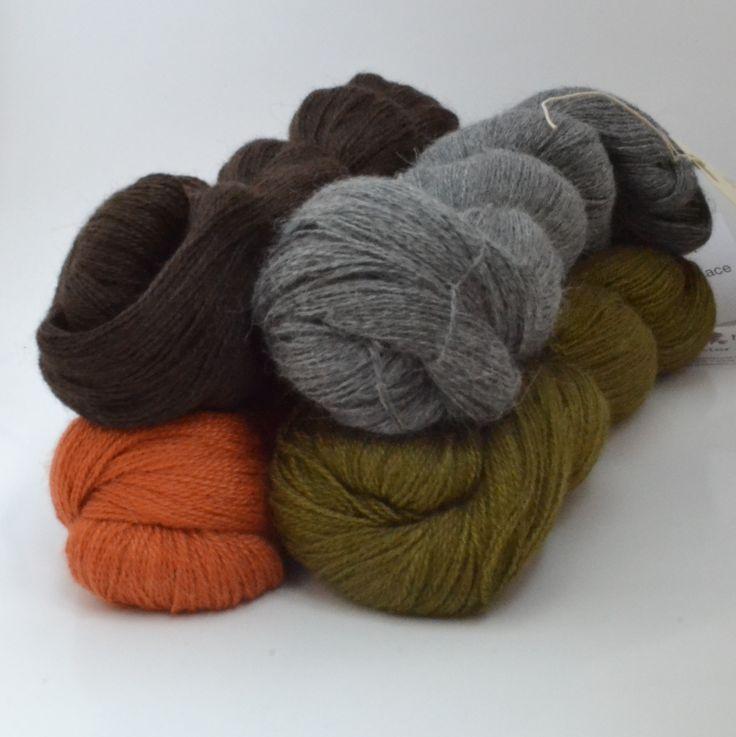 Rooster Yarnsilta on myös Delightful Lace, törkeän ihana, ohut huivilanka, jossa on 80 prosenttia babyalpakkaa ja loput silkkiä.