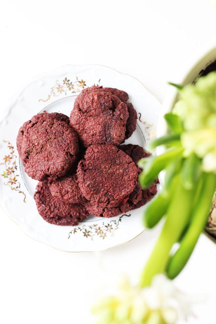 Healthy red velvet valentines day cookies. Sugarfree and naturally colored.  Gezonde red velvet valentijns koekjes suikervrij via withoutelephants.com
