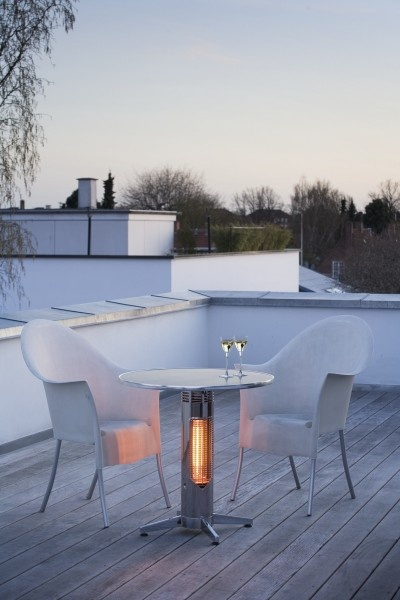 The Mensa Heating heater extends the outdoor cafe season by combining outdoor tables with safe heating units.