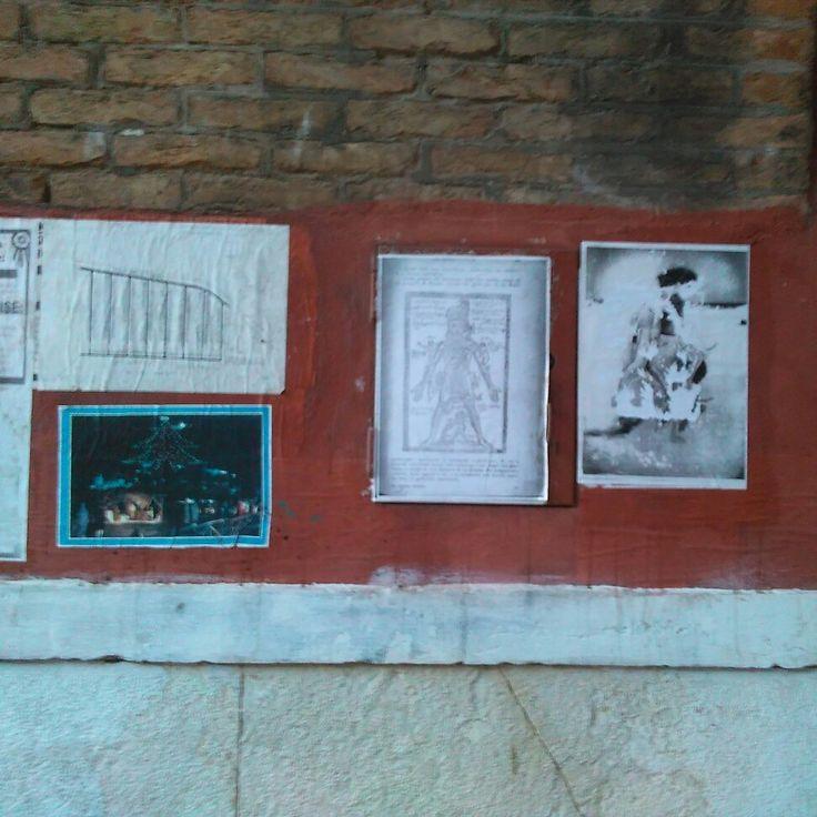 Mappe stradali, nuovi geroglifici. #streetarteverywhere #streetartvenice #venice #paper #design #arsenalepiu #wunderkammer