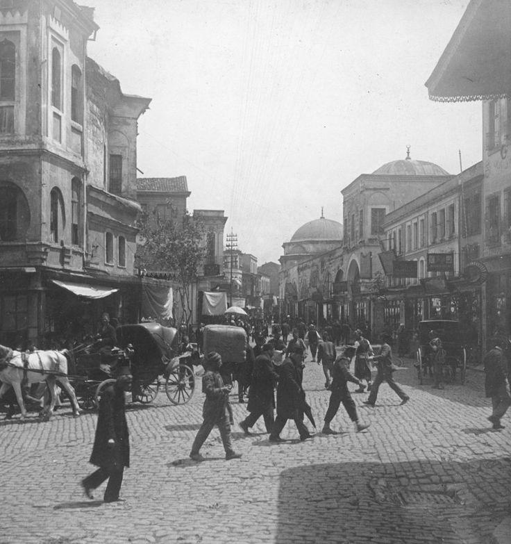 1900'lerde Bahçekapı. Sağda Hacıbekir'in dükkanı yer almaktadır. Arka plan kubbeli yapı Sultan 1. Abdülhamit türbesidir.