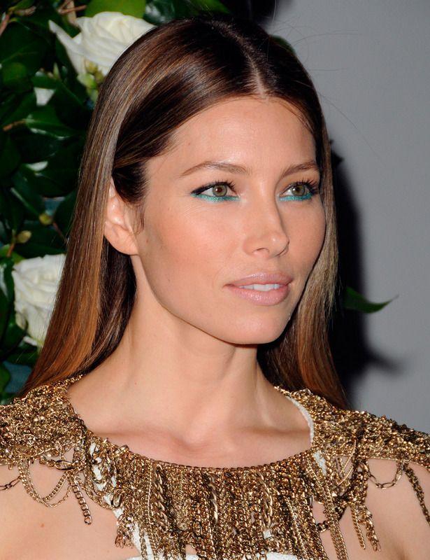 Jessica Biel es la portadora de algunos de los looks más deseados del año: desde su flequillo recto a sus mechas californianas, pasando por maquillajes como este, a base de delineador turquesa en el párpado inferior.