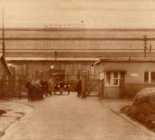 Beschrijving Gezicht op de ingang van het fabrieksterrein van de Nederlandsche Fabriek van Werktuigen en Spoorwegmaterieel Werkspoor te Zuilen. N.B. Het fabrieksterrein van Werkspoor werd per 1 jan. 1954 bij de gemeente Utrecht gevoegd. 1926