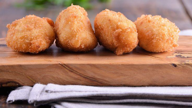 En primer lugar, vamos a preparar la bechamel. Para ello, picamos muy bien la cebolla.  Seguido, en una sartén caliente, agregamos la mantequilla, la...