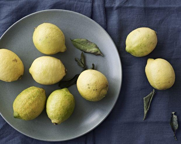 Til kamp mod pletter og snavs med hjælp fra naturen! Du behøver ikke fancy produkter - bare ræk ud efter en citron. Få 9 tips til din rengøring her med den gule citrusfrugt!