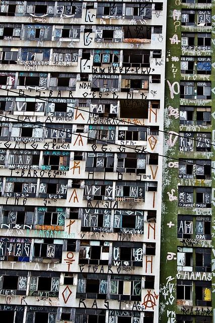 Mesmo o lado corajoso do Brasil nos inspira. Graffiti, São Paulo. Visite-nos em www.melko.com.au! Hoje Já NÃO EXISTE Mais ESSE Prédio.
