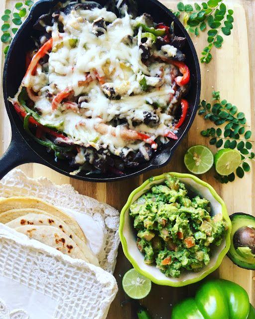 Tiras de carne de res, cebolla y pimiento morrón verde y rojo, cocinadas a la plancha y cubiertas por queso gratinado; servido en tacos con tortillas de harina o maíz, guacamole y limón.