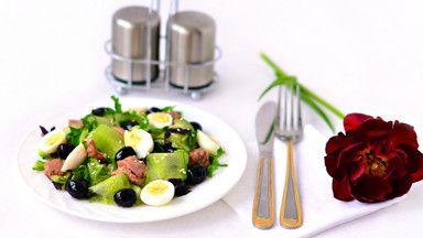 Салат с печенью трески и перепелиными яйцами - пошаговый рецепт с фото: Сытный и полезный салат. - Леди Mail.Ru