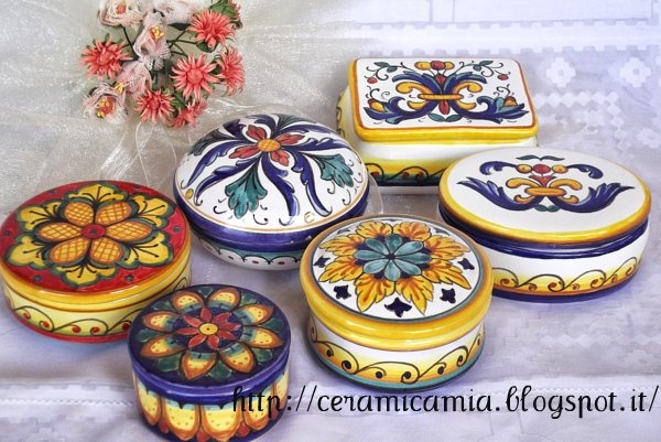 Bomboniere di ceramica dip.a mano: scatoline. Hand painted #maiolica #Italy http://ceramicamia.blogspot.it/2013/09/bomboniere-di-maiolica-dipinte-mano.html