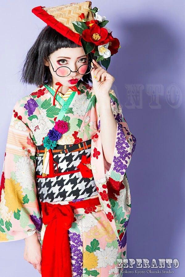 豆千代モダンのお着物その名も【花音】 陶器のような白い肌に、厄除け風の赤シャドー、まんまるチーク、おちょぼリップが今回のポイント♥♥♥  中国のお面のような、可愛さが堪りません