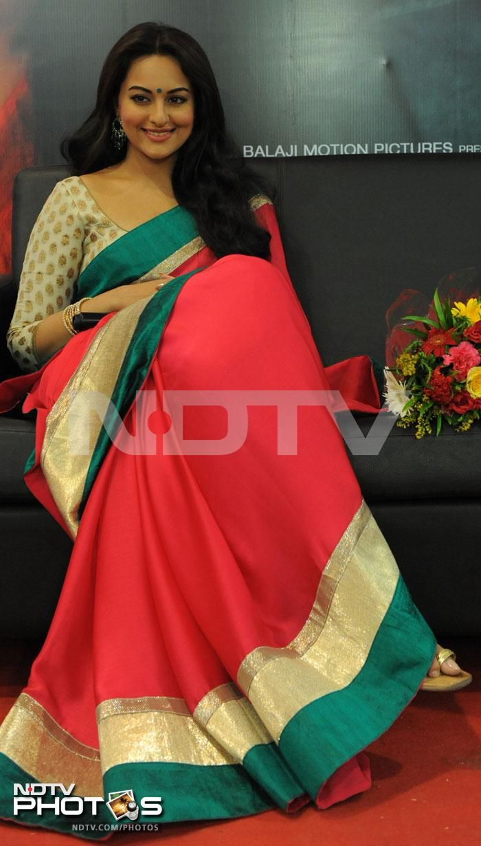 Sonakshi Sinha eleganthttps://www.facebook.com/pages/Hidesign-Fashion/394376317334134?ref=hl in Saree