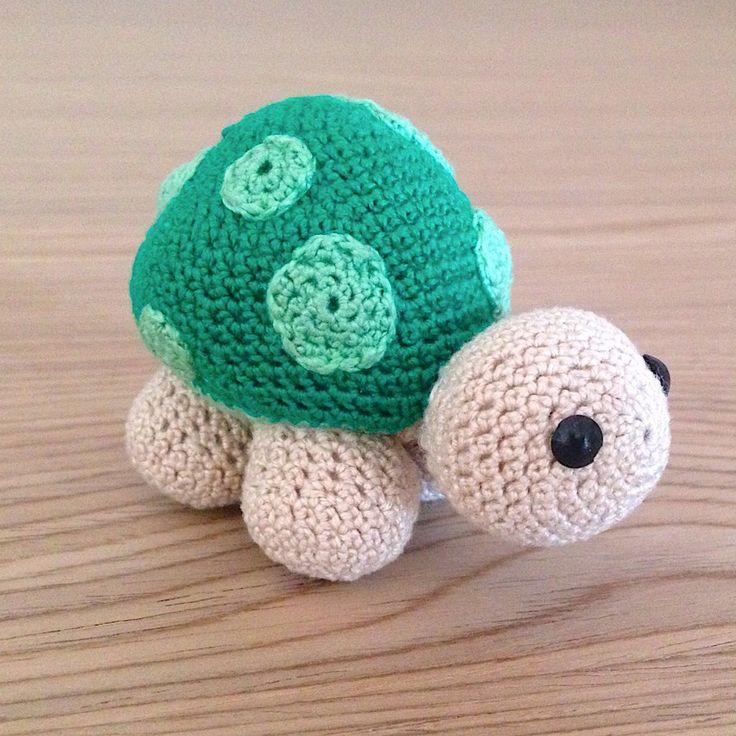 Tartaruga amigurumi verde e beige fatta a mano all'uncinetto, by La piccola bottega della Creatività, 17,90 € su misshobby.com