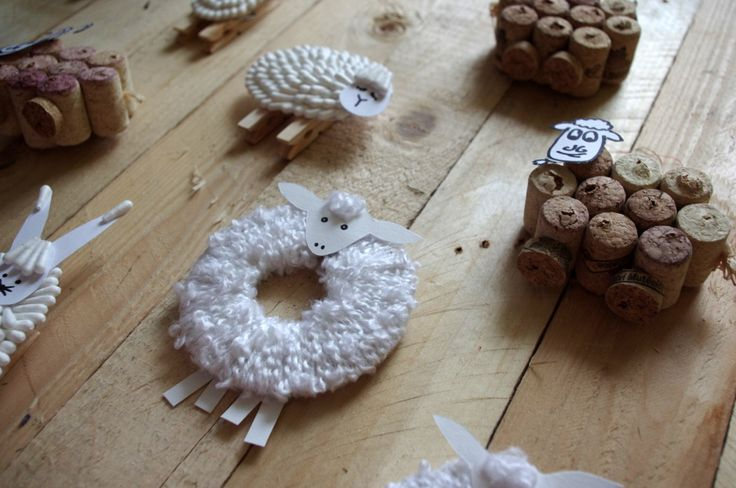Velikonoční ovečky - Kruhovou ovečku jsme vytvořili použítím kolečka z kartonu obaleného vlnou (jako když vytváříte bambuli)