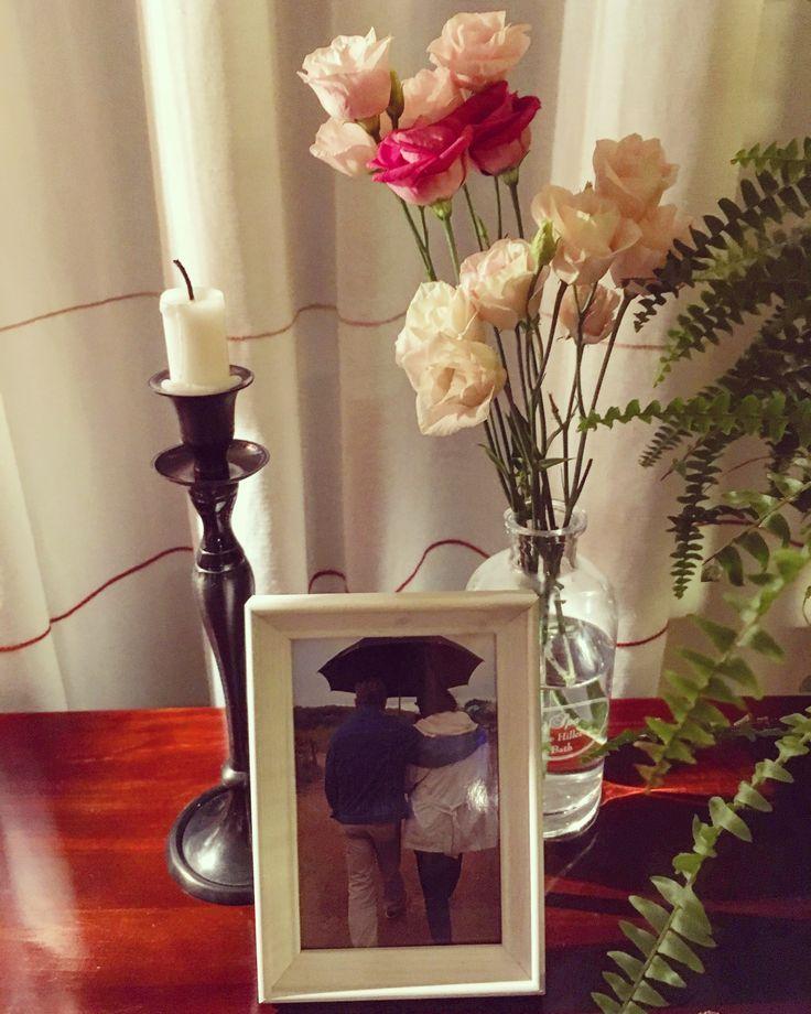 Homedecoration livingroom with pictureframe, flowers and candle in farmhousestyle / woondecoratie in de woonkamer met bloemen, fotolijstje en kaars in landelijke stijl