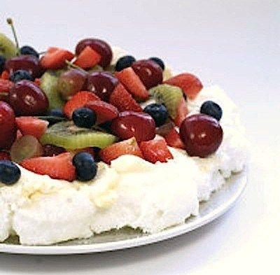 Pavlova med krem og friske bær er en fryd for øyet og ganen. Desserten passer ypperlig til fester og sammenkomster som nyttårsaften og 17. mai. Og denne sukkerfrie varianten kan til og med nytes me…