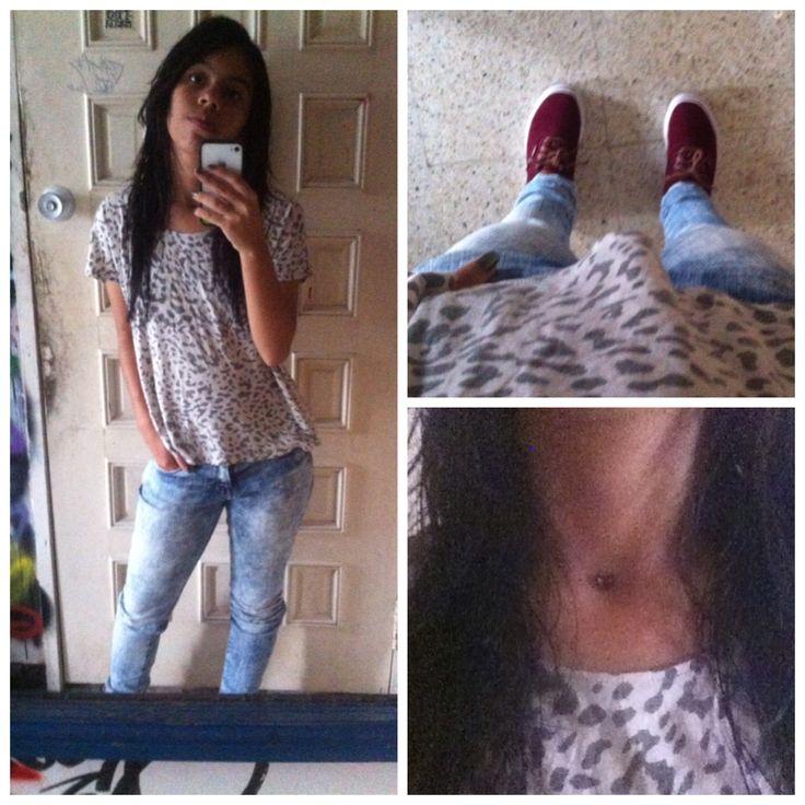 Camisa gef estampado gris de animal print  Jean tennis con textura desgastada   Zapatos vans color vino tinto con cordones marrón claro  Collar de mariposa con nylon
