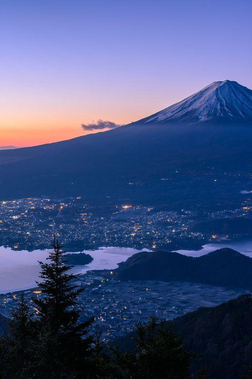 Esplendido atardecer en el monte de 3.776 metros de altitud; el monte Fuji, atractivo cono volcánico y tema recurrente en el arte japonés.