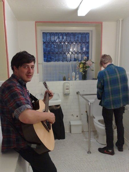 Marcus Mumford playing while Johnny Flynn tinkles :) I cant believe someone has this photo!!
