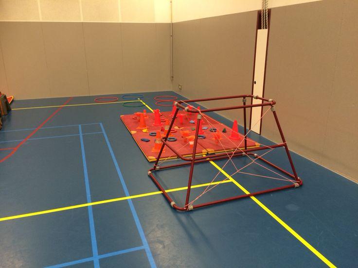Kruip met blok in je hand door spinnen web en stap langs de pillonnen en blokken zonder om te stoten. Leg het blok in de hoepel en herhaal. Mijnenveld!