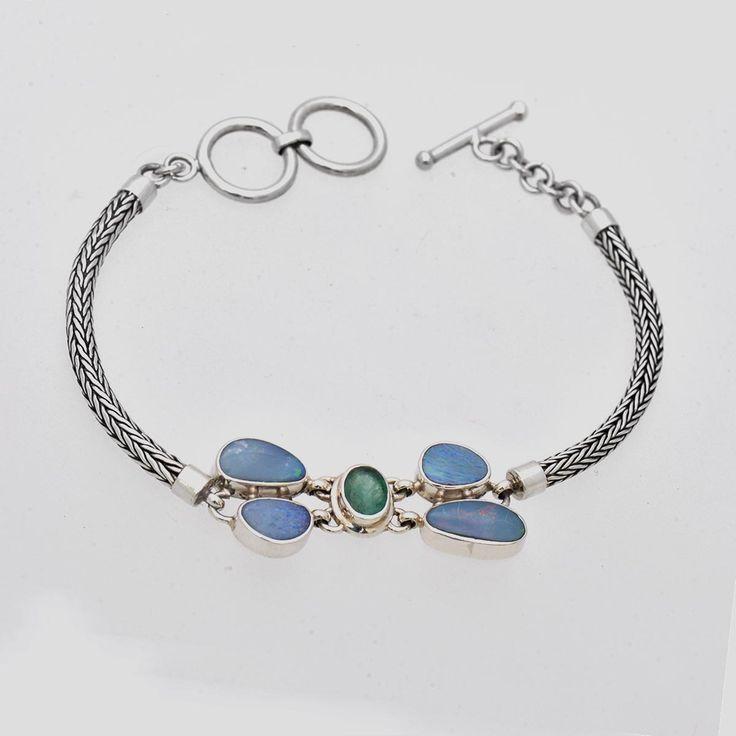 Brățară din argint realizată manual cu patru pietre de opal prețios natural însoțite de un smarald natural fațetat. Cod produs: VB3631 Greutate: 12.19 gr. Lungime: 19.00 cm Lățime: 1.50 cm Reglabil: da Piatră: OPAL