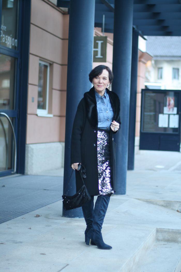 Lässiger Silvester Look mit Paillettenrock und Jeanshemd