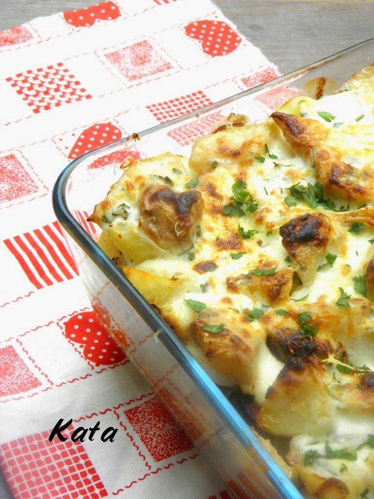 Zelleres rakott krumpli - Hozzávalók 2 személyre, kb. 20 x 20 cm-es sütőtálhoz  70 dkg zeller 30 dkg krumpli 10 dkg póréhagyma 4 főtt tojás 2,5 dl tejföl 1 dl tej 3 dkg vaj 20 dkg füstölt vagy lángolt kolbász só őrölt bors morzsolt majoránna petrezselyemzöld a sütőtál kenéséhez: zsiradék a tetejére: 1 maréknyi reszelt sajt