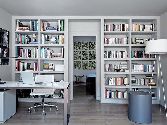 Mooie thuiswerkplek met ingebouwde boekenkast. Wilt u ook zo'n boekenkast? Wij kunnen u helpen dit te realiseren! Kijk op http://www.comfortinstijl.nl voor alle mogelijkheden.