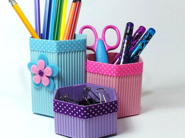 Para la zona de estudio, para el despacho o para el rincón de las manualidades prepara este organizador con papel corrugado.