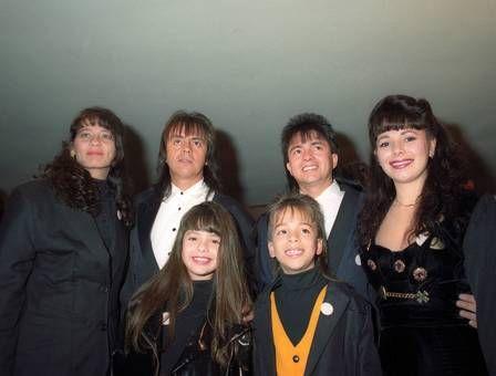 A cantora ao lado do irmão e dos pais e dos tios
