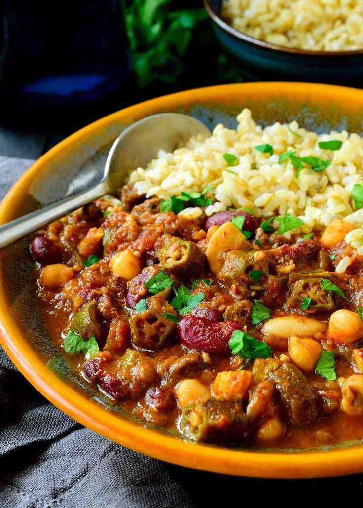 このビーガンガンボレシピは、心のこもった、風味豊かな、充実した、暖かいレシピです。 豆、キノコ、オクラのミックスで、この菜食主義者のガンボは安くて味がいっぱいです。 暗くて豊かなルー、キーハーブやスパイス、秘密のうま味成分から始めると、このビーガンガンボに肉がないとは信じられません!