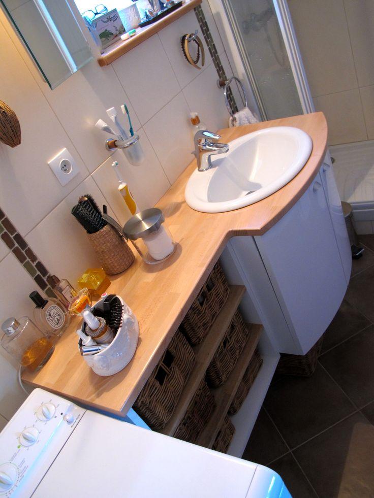 Extension du meuble de cette salle d' eau. Création du module étagères, changement du plan de travail en hêtre lamellé collé, application de 3 couches d'un vernis marin.