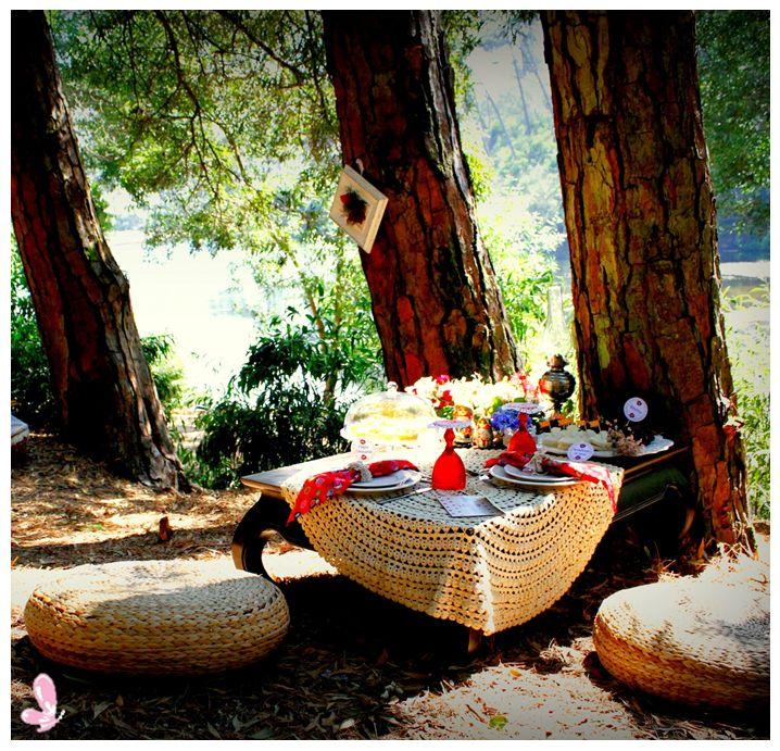 The romantic set prepared for a lovely couple. We love romantic picnics!!! Read more: http://eraumavez-osonhoperfeito.blogspot.pt/2014/05/bom-tempo-para-namorar.html