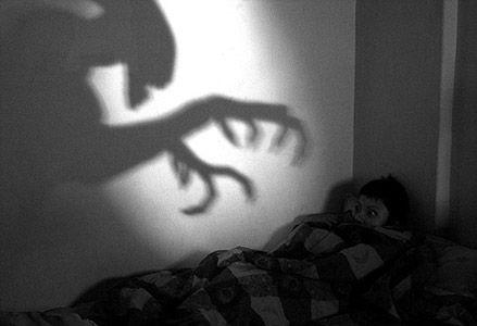 Hardin had last van nachtmerries. Hij kreeg die door zijn vader van toen hij jonger was. Hij schreeuwt veel als hij ze heeft. Tessa kan hem meestal kalmeren en dan slaapt hij beter.