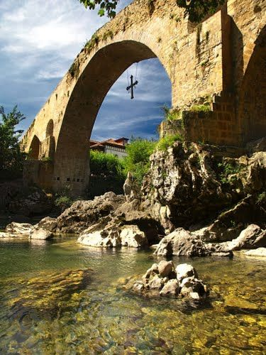 Cangas de Onis is one of the most famous towns of Eastern Asturias (Spain). Although this bridge is known as Roman Bridge, the truth is that the bridge that is visible today was rebuilt in Medieval Times. It is one of the main gateways to the Picos de Europa National Park.