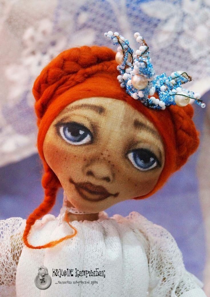 Сегодня я хочу посвятить свой мастер класс куколке, которую зовут Ангелинка. Она принцесса чердачной страны. Девочка наша сделана из бязи, тонирована кофе с корицей, высушена в духовом шкафу. Расписана художественными масляными красками. Для того, чтобы сделать куколку я взяла материал, который был у меня дома. Отрез белой бязи( для тела). Для набивки тела холлофайбер, палочка для суши.…