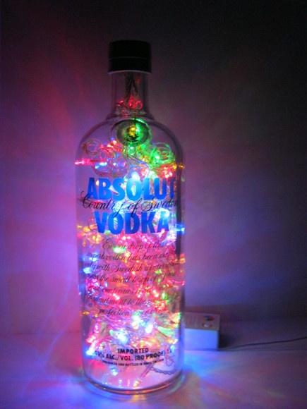 Absolut é uma marca de vodca sueca fundada em 1879 por L.O. Smith na pequena cidade sueca de Åhus. Original e duplamente sustentável: a garrafa é um material reciclado e o LED consome menos energia e tem vida útil bem mais longa do que as lâmpadas comuns. Ideal para cabeceiras, estantes e escrivaninhas. Combina também com ambientes comerciais como lojas, bares e restaurantes. Características: - São 100 microlâmpadas brancas de LED que permitem uma boa iluminação. - Possui 8 funções. - Aco...