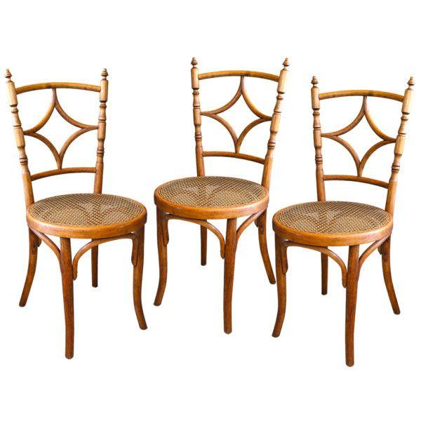 Set Sillas Thonet    Inusual set de 3 sillas Thonet marcados No. L 67 con asiento de esterillado y respaldar torneado en madera de Haya.