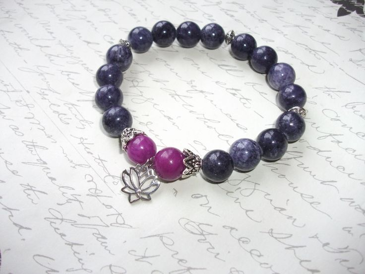 Purple and violet jade stone bracelet with lotus charm de la boutique BijouxdeBrigitte sur Etsy