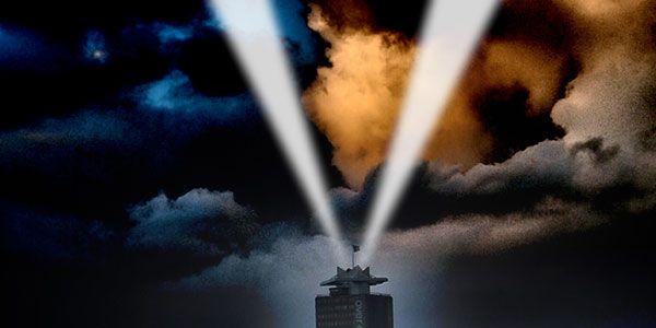 """Hoera! De Inspectie, het Korps Landelijke Politie, de Luchtverkeersleiding Nederland, en het Ministerie van Defensie hebben zojuist op grond van alle internationale burgerluchtvaartregelingen toestemming verleend voor de V for Victory van licht, bovenop de Shell toren.Meer precies: toestemming voor coördinaten 52° 22' 58, 97"""" N en 04° 54' 09, 35"""" E. Op het dak van…"""